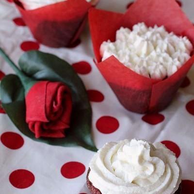 甜菜红丝绒纸杯蛋糕-天然的,纯的