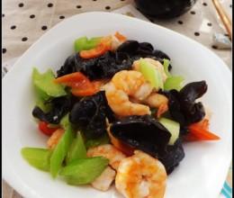 一道让女性吃出自然好气色的补血养颜菜肴——西芹木耳虾仁