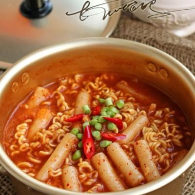 方便面最韩国味儿的吃法辣白菜年糕泡面