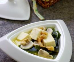 节后必备的清肠排毒汤:越喝越轻盈的海带豆腐汤