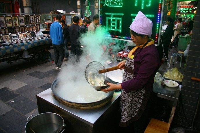 西安:像裤带的biangbiang面,直径半米的大锅盔