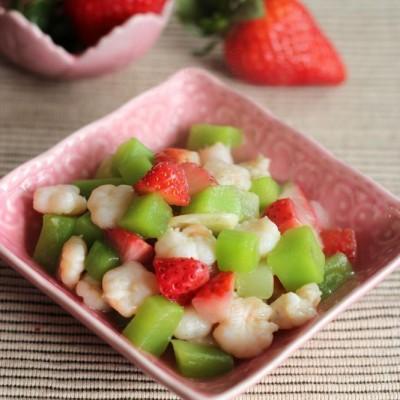 年味餐桌上吸引人眼球的必备小清新菜——【草莓莴笋丁炒虾球】