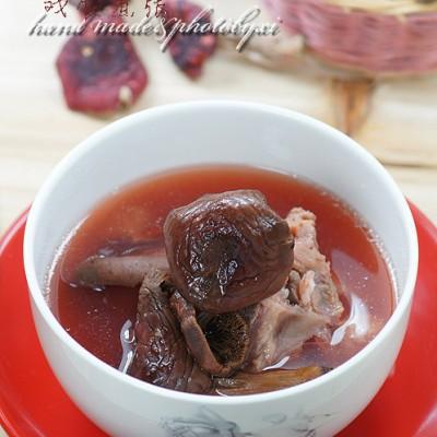 广西南部天然血色的野生菌汤——红椎菌炖尾笼骨