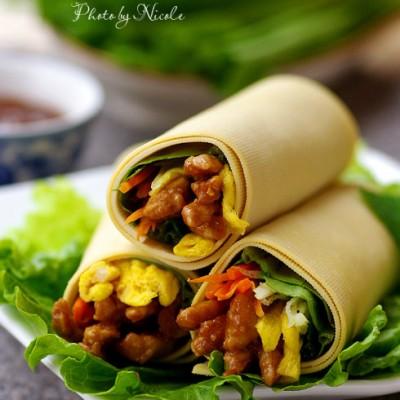 记忆中夏天必备的丰收菜:酱香鲜蔬腐皮卷