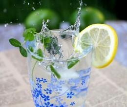 奋战40度高温的激爽柠檬薄荷蜂蜜水