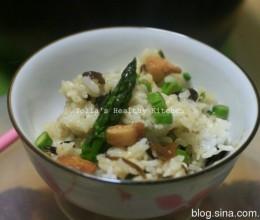 一锅饭搞定一餐营养。芦笋鸡丁饭。