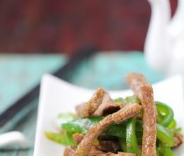 #百家千宴#新年家宴里少不了清新雅致的干煸青椒牛肉条