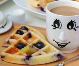 轻松下午茶---凉了也松软的爆浆蓝莓松饼(无泡打粉版)+拿铁咖啡