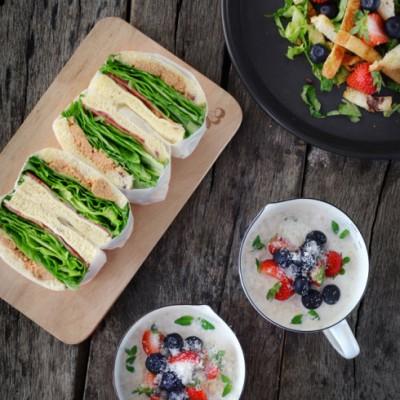 (早餐系生活6)---【培根三明治。燕麦水果粥。面包沙拉】