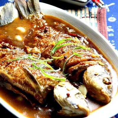 传统的方法烧制绝美长江鲤鱼