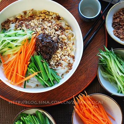 春季饭桌上那一碗生机盎然的拌面——香肠碎蔬菜拌面