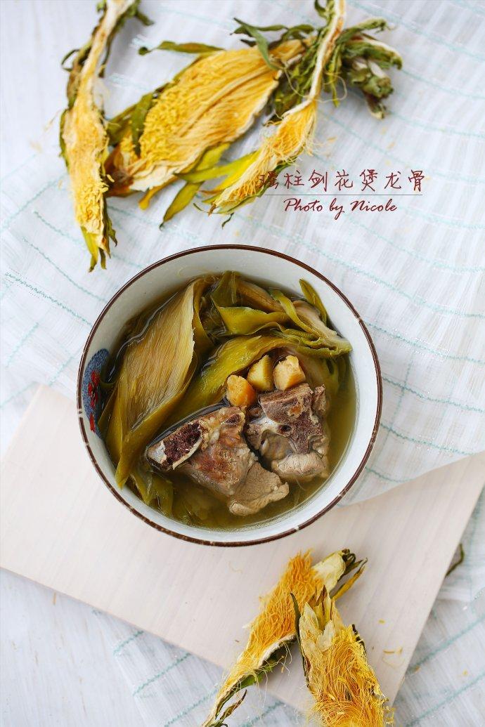 冬日里的暖胃汤:瑶柱剑花煲龙骨