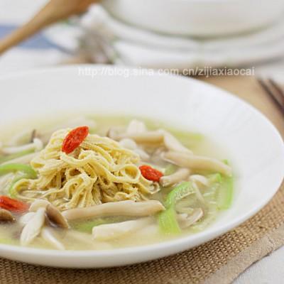 菌子豆皮丝浓汤,省事儿到家的一碗鲜汤——下班回家喝热汤不是事儿