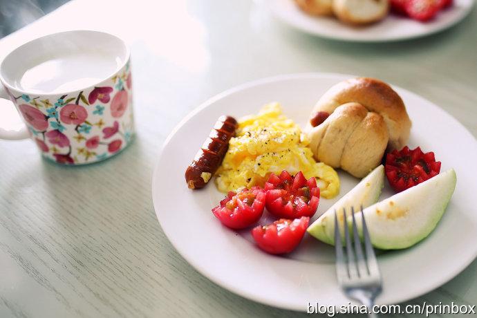 【早餐°】2016-12-18:面包/美式炒蛋/脆皮肠/水果/牛奶
