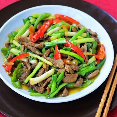 看看新疆人冬季家常菜蒜苗炒羊肉