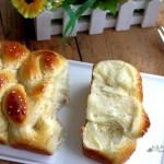 柔软拉丝的奶油单股辫面包