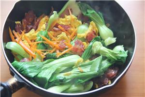 大排档菜谱-酱油腊肠炒面