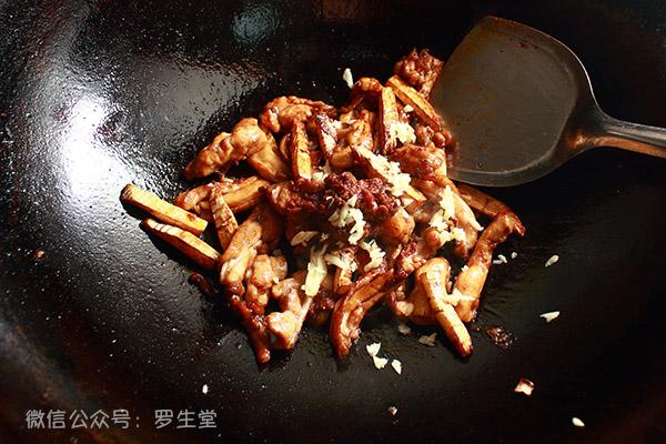 《川椒鸡》简单的两个调料让鸡肉焦香细嫩!