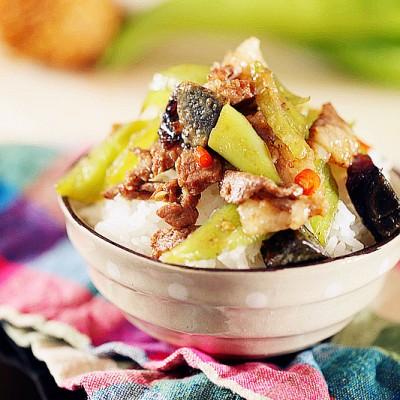 抗中暑的辣味下飯菜-尖椒皮蛋炒肉