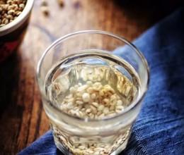 祛湿排毒炒薏米水更有效