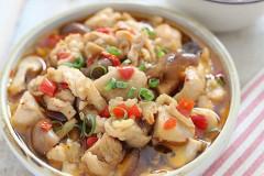 剁椒香菇蒸鸡肉:鸡肉这样做滑嫩多汁方便快捷