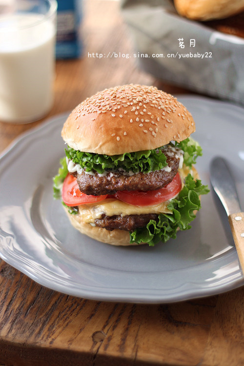 《黑胡椒猪肉汉堡》