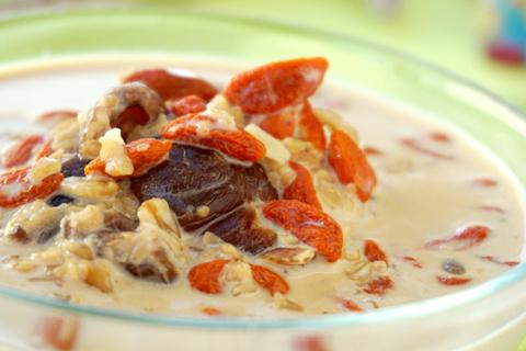 元肉枸杞牛奶麦片粥