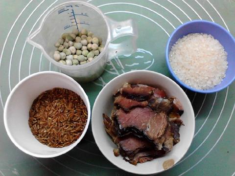 腊肉豌豆焖红米饭