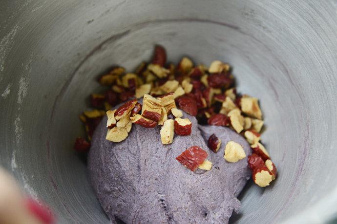 全麦紫米枣香软欧包