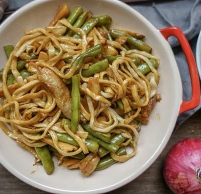 中华传统美食多加一种食材美味升级好几倍-扁豆杏鲍菇铁锅焖面