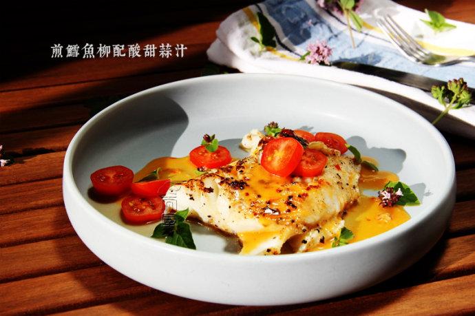 煎鱈魚柳配酸甜蒜汁.