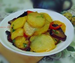 【腊肉炒土豆片】,咸香有滋味,老少都喜欢。