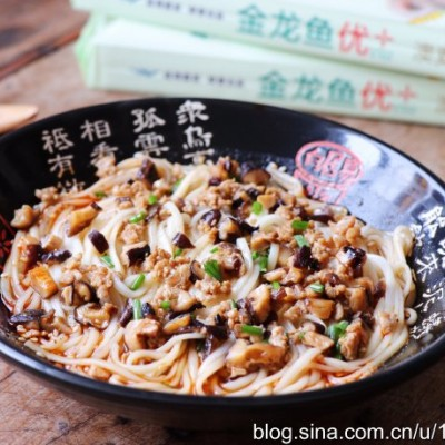 汤鲜味美酸辣开胃的香菇肉臊子酸汤面