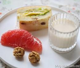 【早餐°】2018-11-5:生菜鸡蛋三明治/红心柚子/鲜核桃/冰肉桂豆浆