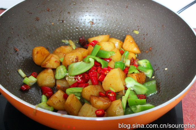 土豆这种做法,比炸薯条简单多了,拿红烧肉都不换,实在太好吃了