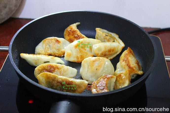 立冬了,饺子这么做,外皮金黄,口感香脆,鲜嫩多汁,很好吃!