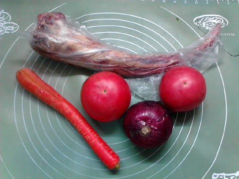 冬天里的一碗番茄洋葱牛尾汤