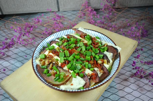 简单却不失美味的剁椒腊肉蒸豆腐