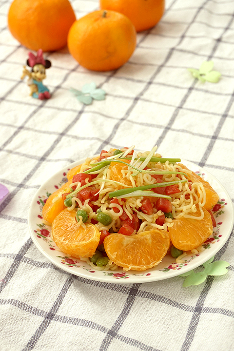 这个搭配很新鲜柑橘胡萝卜炒方便面