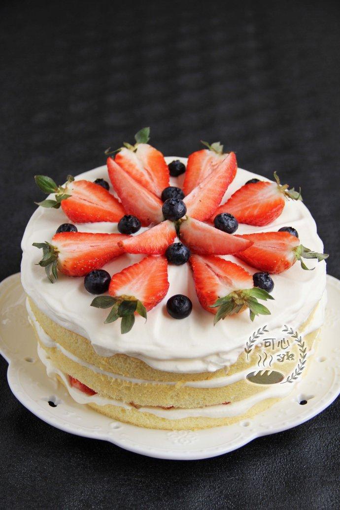 清新的蝶豆花蔓越莓蛋糕卷