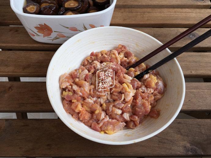 大餡雞肉香菇包子,很好吃,就是丑了點,清明踏青就帶它