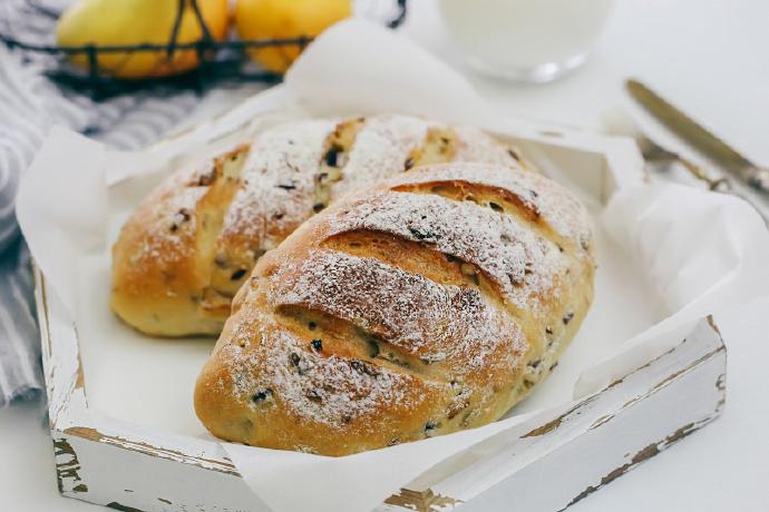 【早餐°】2019-4-9:无糖洋葱核桃橄榄油软欧面包/牛奶