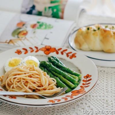 【早餐°】2019-5-10:PIZZA风味液种香葱芝士辫子面包/茄酱意粉/芦笋/白煮蛋