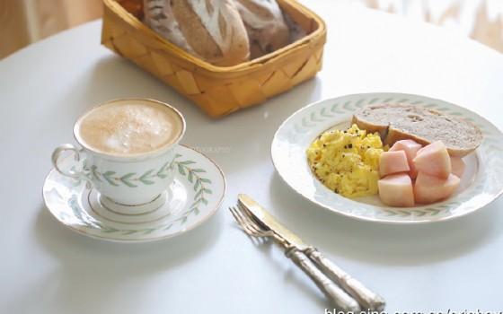 【早餐°】2019-8-8:核桃提子干全麦软欧/美式炒蛋/桃子/卡布奇诺