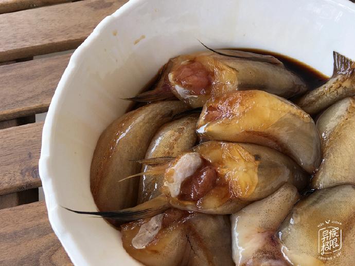 深秋,这种可以吸着吃的鱼,便宜又好吃,要多买给家人吃