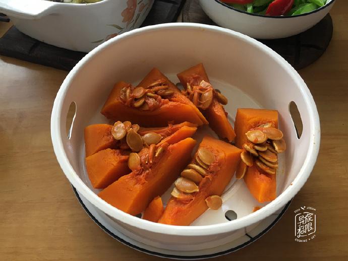 贤惠媳妇,用残羹剩菜做成一桌丰盛午餐,节俭又好吃
