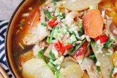 【什锦泡椒鱼骨锅】鲜美胜过鱼肉的冬天下饭菜,暖胃