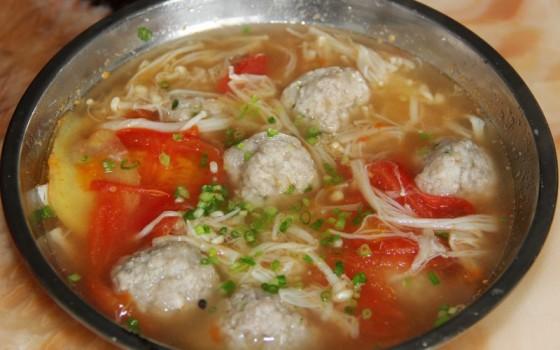 西红柿金针菇丸子汤