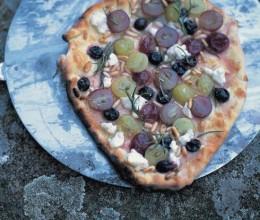 绿色和红葡萄,迷迭香,松子及纯素凝乳比萨馅料