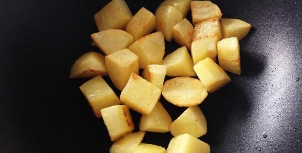 金针菇土豆胡萝卜炖排骨病孩子体稍食谱平血多虚图片